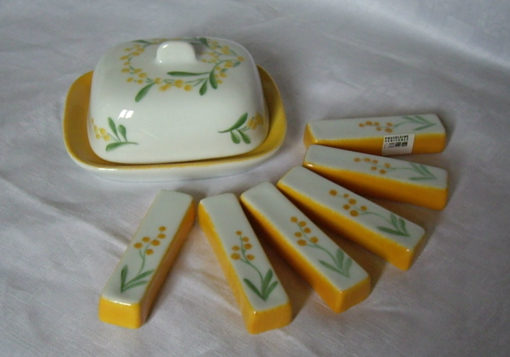 Grand beurrier et 6 porte couteaux décor mimosas en porcelaine