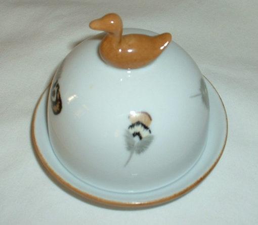 Beurrier décor plumes de canard en porcelaine