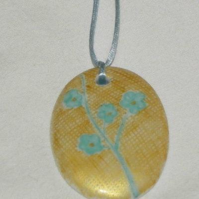 Collier ovale motif fleur