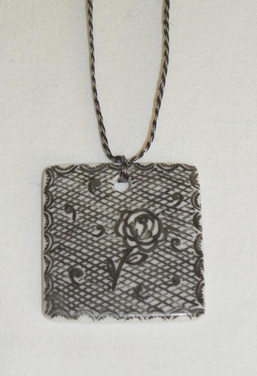 Collier carré «dentelle sur porcelaine»