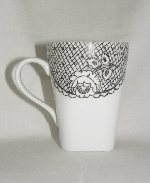 Tasse et sous tasse motif dentelle et rose