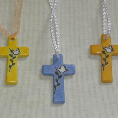 Pendentif croix motif colombe et brin d'olivier