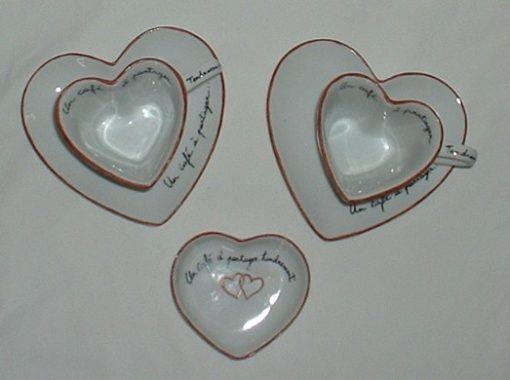 Tasses et sous tasses en forme de coeur avec sucrier
