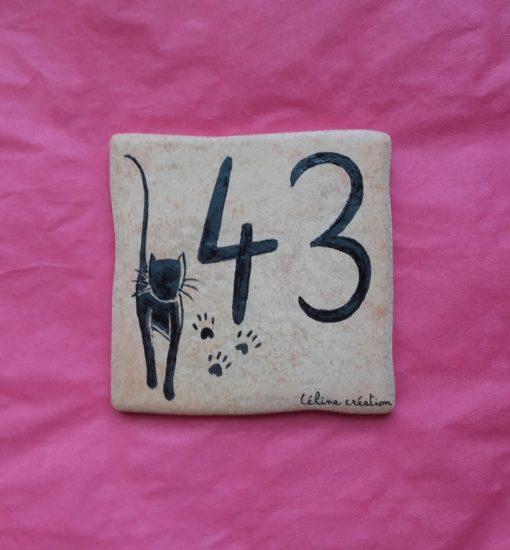 Numéro chat en fond couleur saumon