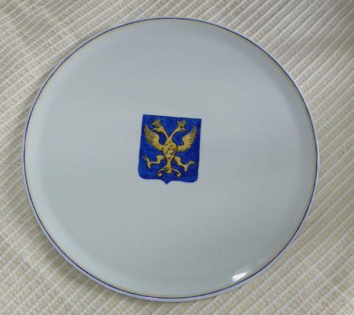 Grand plat avec armoiries en porcelaine